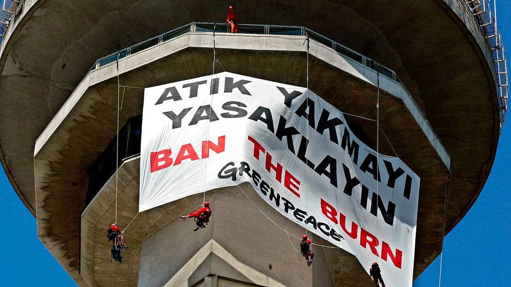 Активисты на 127-метровой башне Атакюле, Анкара. 2002. Фото EPA/TARIK TINZAY