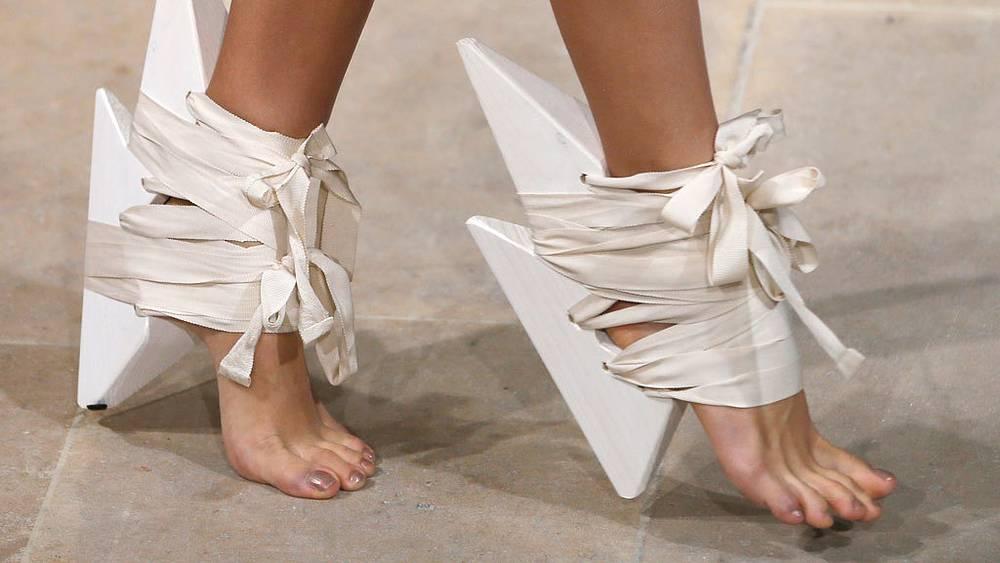 Туфли от  Fatima Lopes. Фото  EPA/IAN LANGSDON