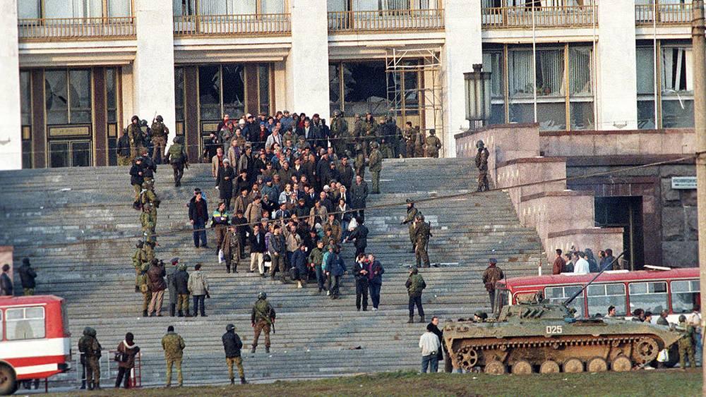 Группа осажденных покидает Белый дом. Фото ИТАР-ТАСС/ Валерий Христофоров