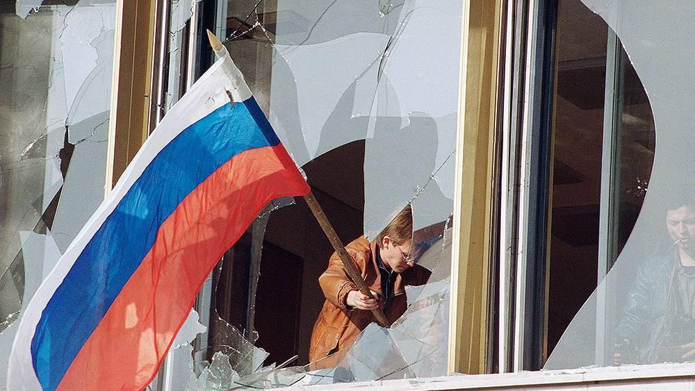 Москвичи водружают российский флаг после событий 3-4 октября 1993 г. Фото AP Photo/Alexander Zemlianichenko