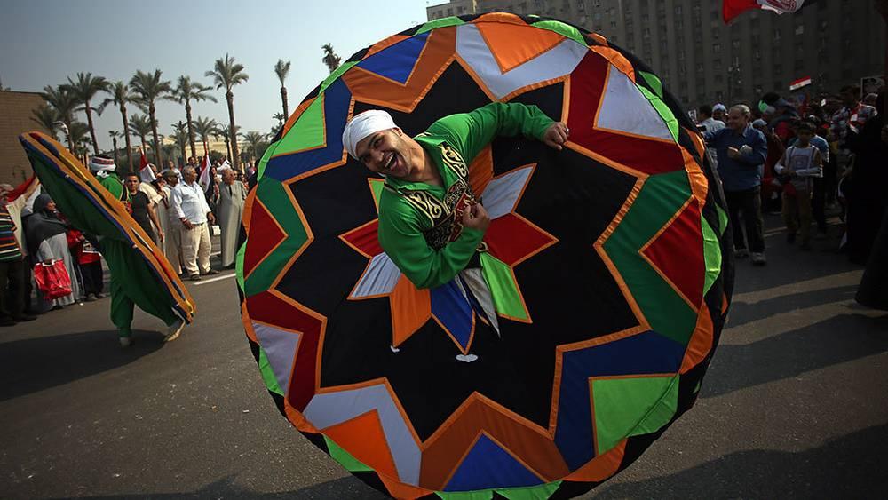 Национальный танец во время митинга, приуроченного к 40-летию начала арабо-израильской войны в Каире. Фото AP Photo/Khalil Hamra
