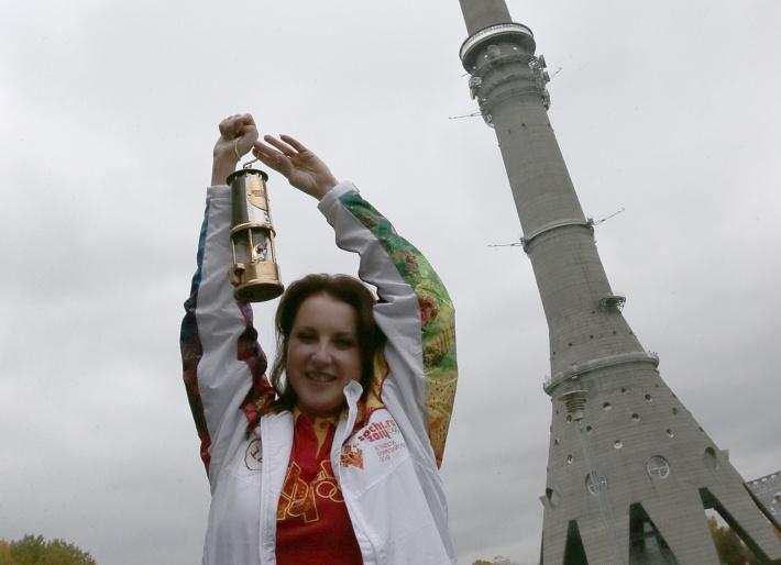 Ирина Слуцкая с олимпийским огнем у Останкинской башни