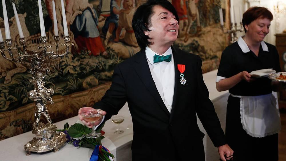 Валентин Юдашкин, удостоенный знака отличия офицера ордена Почетного легиона, во время церемонии награждения в посольстве Франции. Фото ИТАР-ТАСС/ Павел Головкин