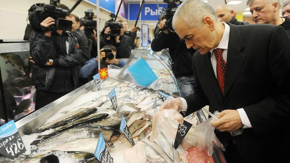 Геннадий Онищенко во время посещения рыбного отдела в супермаркете. 2010 год. Фото ИТАР-ТАСС/ Владимир Астапкович