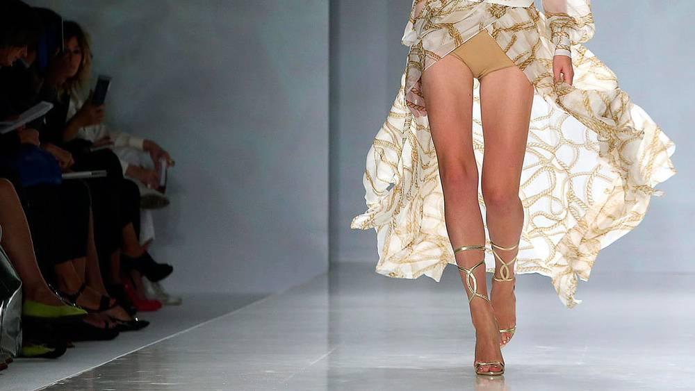 Платье от  дома моды Женни. EPA/DANIEL DAL ZENNARO