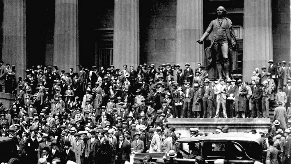 Люди стоят через дорогу от нью-йоркской  биржи в «черный  четверг» 24 октября 1929 года. Фото АР