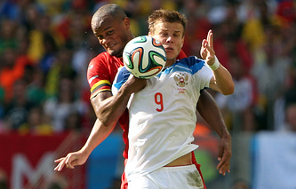 Александр Кокорин ведет борьбу за мяч