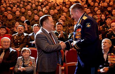 Глава Тувы подарил военным 55 отборных лошадей