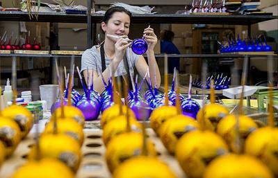 """""""Пустяшное"""" ремесло: почему елочные игрушки на старейшей фабрике до сих пор делают вручную"""