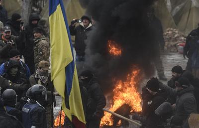 Митингующие возле Рады в Киеве сожгли флаг РФ