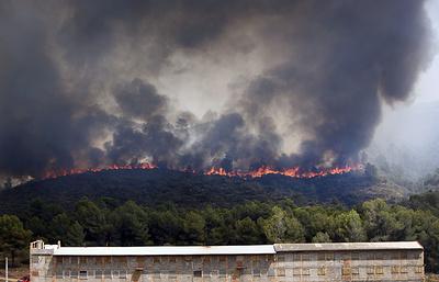 СМИ: из-за лесного пожара на востоке Испании эвакуированы 3 тыс. человек