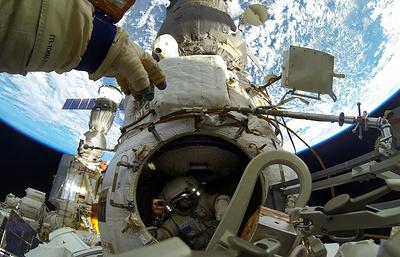 Российские члены экипажа МКС начали выход в открытый космос