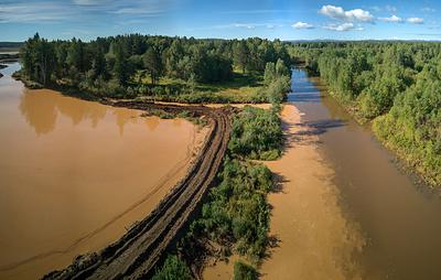Река Тагил в Свердловской области приобрела коричневый цвет
