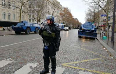 """В Париже впервые за 13 лет развернули бронемашины полиции из-за протестов """"желтых жилетов"""""""