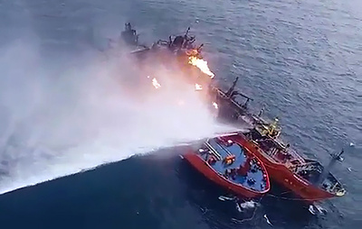 Течение вынесло горящие в Черном море танкеры в территориальные воды России