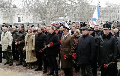 Севастополь отмечает 23 февраля шествием и праздничным салютом