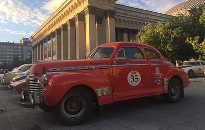 """Около 40 автомобилей ралли """"Париж - Пекин"""" припарковались на главной площади Новосибирска"""