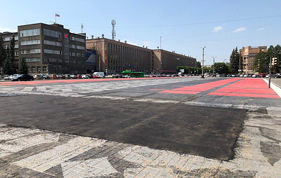 Коммунальщики закрашивают работу художника Покраса Лампаса в Екатеринбурге