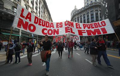 В центре Буэнос-Айреса проходит марш против экономической политики властей Аргентины