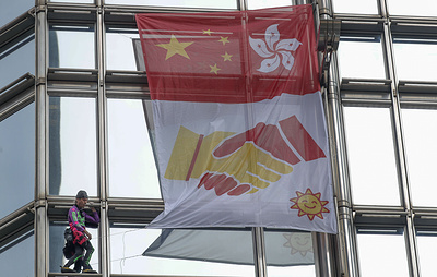 """AFP: французский """"человек-паук"""" разместил на небоскребе в Гонконге флаг с призывом о мире"""