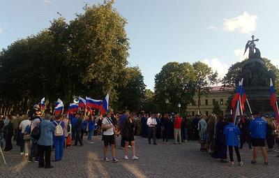 Шествиями с триколорами, квестами и концертами отметили День флага РФ в регионах СЗФО