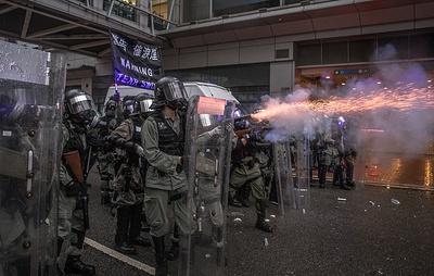AFP: полиция Гонконга впервые применила огнестрельное оружие в ходе разгона демонстрантов