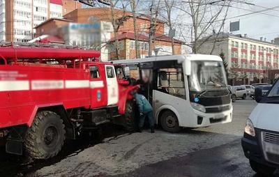 В Томске столкнулись маршрутный автобус и пожарная машина
