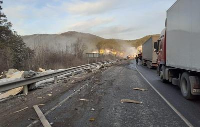 """Под Челябинском столкнулись три грузовика и """"Газель"""""""