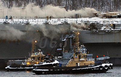 """Число пострадавших при пожаре на крейсере """"Адмирал Кузнецов"""" выросло до 12"""