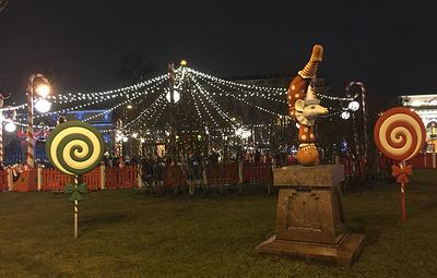 Новогодняя ярмарка открылась в центре Петербурга на Манежной площади