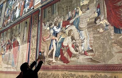 """В Сикстинской капелле впервые за 500 лет вывесили все гобелены Рафаэля """"Деяния апостолов"""""""