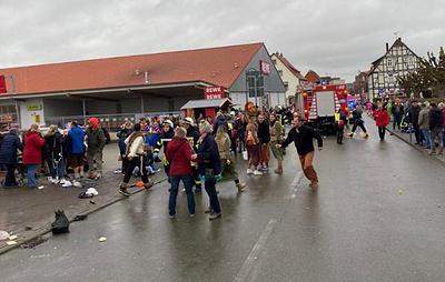 Автомобиль въехал в участников карнавального шествия в Фольксмарзене