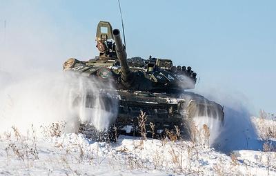 """Танкисты отработали тактику """"кочующих"""" танков на учениях в Кузбассе"""