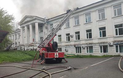 В Приморье в городе Партизанске загорелась кровля больницы