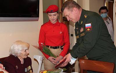 Военные ЦВО на Урале поздравили персональным парадом женщину-фронтовика