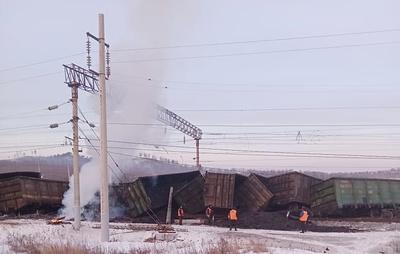 Последствия схода 17 вагонов в Хабаровском крае устраняют более 200 железнодорожников