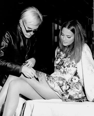 Энди Уорхол расписывает ноги Ли Тейлор-Младшей, 1968