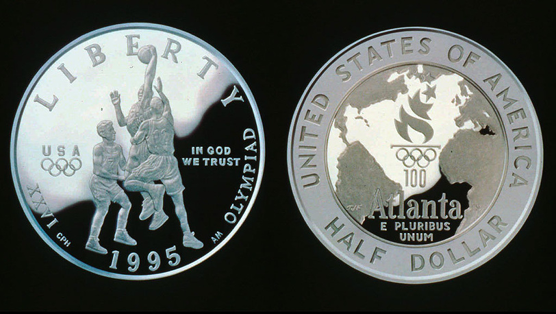 Памятные монеты, выпущенные Монетным двором США к летним Олимпийским играм 1996 в Атланте. Фото AP Photo/U.S.Mint