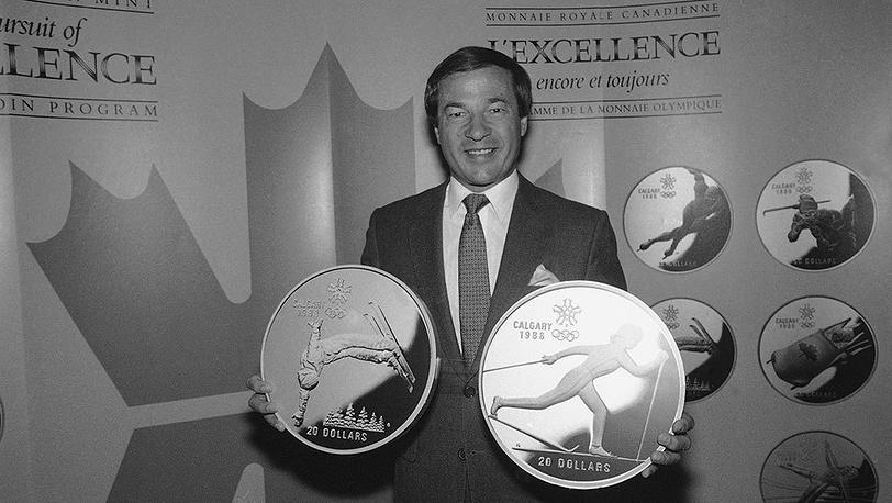 Канадский спортсмен Отто Йелинек презентует памятные монеты, посвященные зимним Олимпийским играм 1988 в Калгари. Фото AP Photo/Mario Cabrera