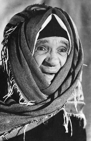 В роли старухи-сплетницы. Фотохроника ТАСС