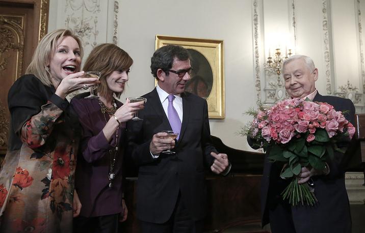 Посол Франции в России Жан-Морис Рипер и Олег Табаков (слева направо) с супругой актрисой Мариной Зудиной (первая слева)