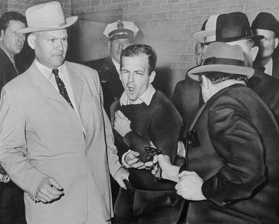 Момент убийства Ли Харви Освальда Джеком Руби.