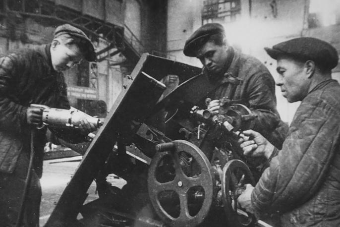 Молодые работники завода. 1944 г.