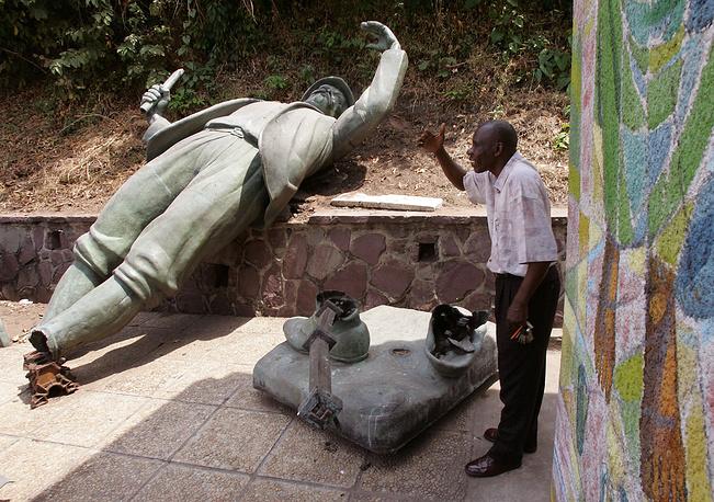 Свергнутый памятник исследователю Африки Генри Мортону Стенли в Киншаес,Конго, 3 августа 2006