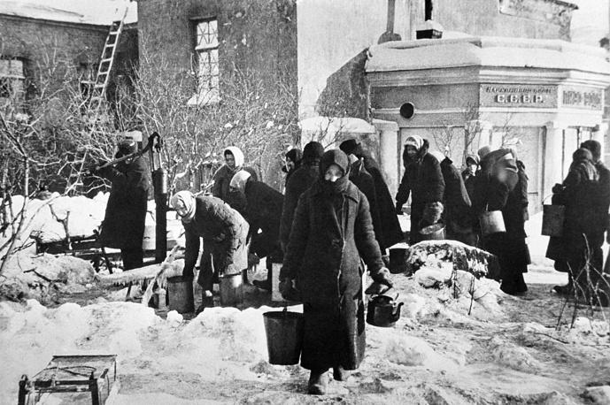 У водоразборной колонки, установленной на углу улицы Дзержинского и Загородного проспекта. 1941 г.