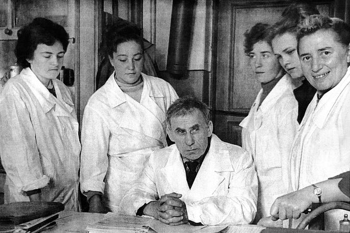 Федор Тимофеевич Солодкий и Ася Лазаревна Агранат с коллегами.