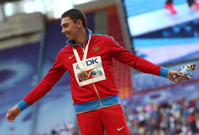 Россиянин Александр Меньков, завоевавший золотую медаль в соревнованиях по прыжкам в длину, во время церемонии награждения на чемпионате мира по легкой атлетике 2013