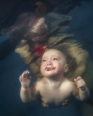 Ребенок в одном из киевских бассейнов, где начинают учить плаванию с трех месяцев. 13 марта 2013 года