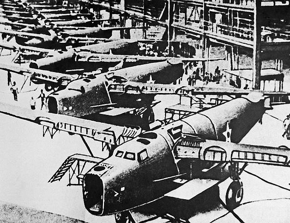 """Американские бомбардировщики Б-24 """"Либерейтор""""готовы к отправке через Аляску и Чукотку на фронт."""