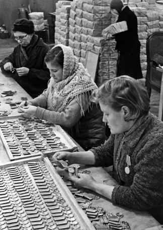 """Цех по изготовлению медалей """"За оборону Ленинграда"""". 1943 г."""